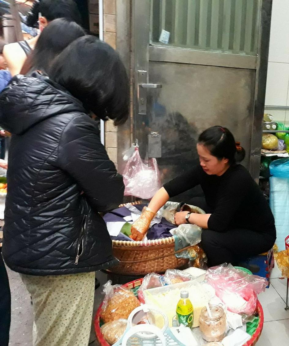 Người mua mang xếp hàng đợi để mua những đĩa xôi nóng hổi ngay tại chỗ. Trong ngày rằm, giá bán các mặt hàng hầu như không thay đổi. Xôi có giá từ 15.000 đồng/đĩa, bánh có giá từ 10.000 đồng/hộp.