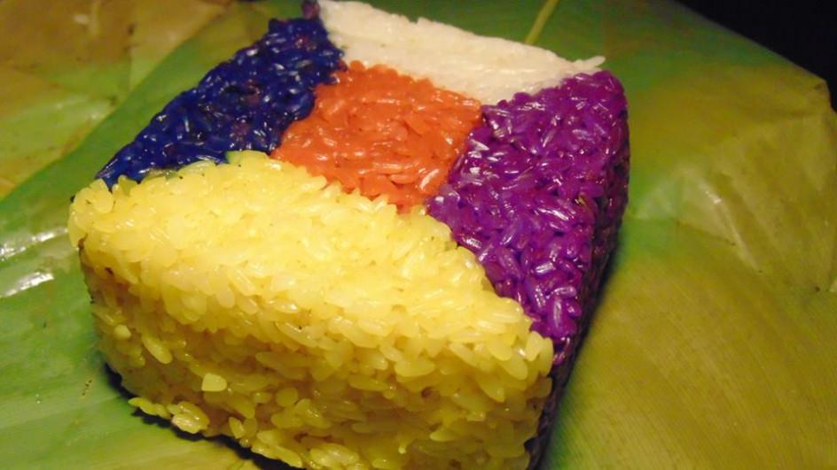 Bánh chưng ngũ sắc tuộng trưng cho ngũ hành được bán với giá 105.000 đồng/chiếc cũng đắt hàng trong ngày rằm.