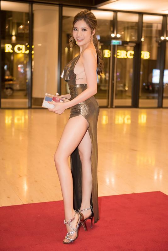 Chiếc đầm với thiết kế 2 dây cũng giúp Hoa hậu Đông Nam Á 2014 khoe khéo bờ vai thon và vòng 1 quyến rũ. Không chỉ là 1 Hoa hậu có style gợi cảm, Phan Hoàng Thu còn được xem là người đẹp năng động của showbiz Việt.