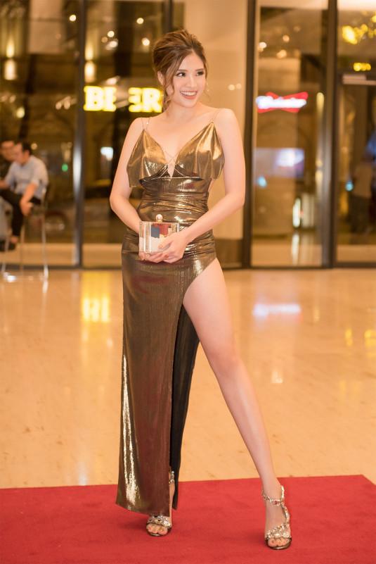 """Khi dự dạ tiệc với chủ đề """"Michael Owen VIP meet up"""", cô lựa chọn chiếc đầm dạ hội xẻ tà sâu khoe đôi chân thon dài."""