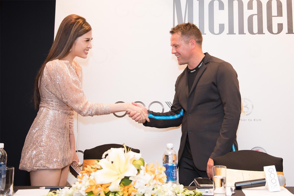 Hoa hậu Phan Hoàng Thu đã có dịp gặp gỡ, trò chuyện với danh thủ Michael Owen trong sự kiện họp báo công bố dòng sản phẩm thời trang mang tên danh thủ tại Việt Nam.