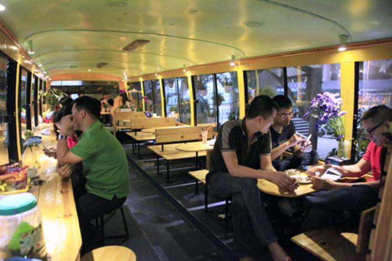 Quán có diện tích khoảng 25m2, được bài trí những bộ bàn ghế gỗ đơn giản, tạo không gian ấm cúng. Buồng lái được sử dụng như một quầy bar mini để pha chế đồ uống và vệ sinh cốc chén.