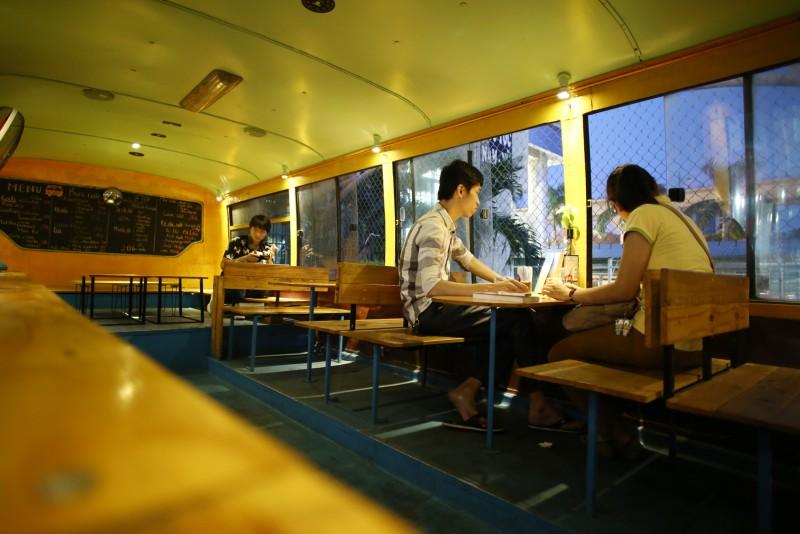 Xe bus là loại phương tiện gắn bó với sinh viên. Vì thế, quán cafe này chủ yếu phục vụ các bạn trẻ.