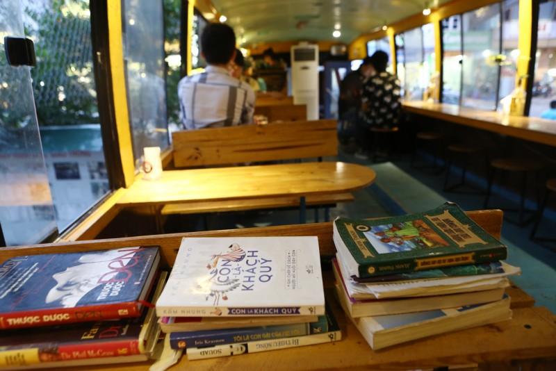 Ở cuối xe là khu vực đọc sách, nơi có nhiều tác phẩm thu hút các bạn trẻ