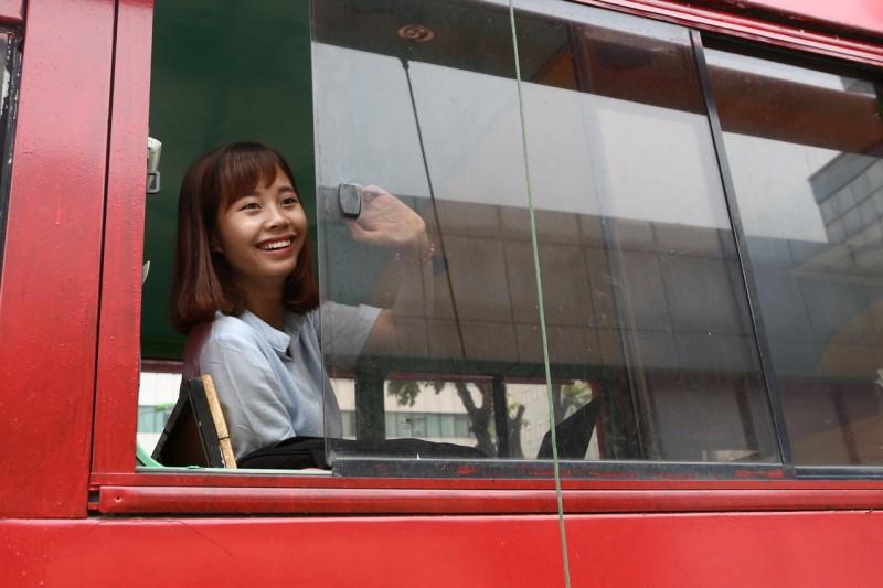Quán cafe bus đầu tiên ở Hà Nội được đặt ở bãi đỗ xe, cạnh siêu thị Coopmart (đường Nguyễn Trái, Hà Đông). Tiếp đó, quán thứ 2 ở đường Hoàng Quốc Việt (trong khuôn viên trung tâm triển lãm nông nghiệp) và quán thứ 3 ở cổng công viên Cầu Giấy. Hiện tại, ý tưởng kinh doanh độc đáo này cũng được một số bạn trẻ triển khai, nhân rộng tại Hà Nội.