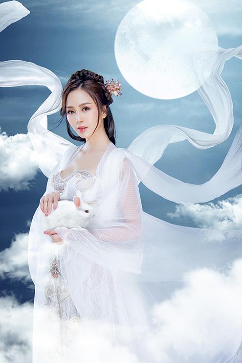 Bộ váy được thiết kế với tone trắng cùng hoa văn bán cổ điển, cái khó nhất ở đây chính là phải làm sao cho trang phục toát lên vẻ nhẹ nhàng trong trẻo, nhưng vẫn ra chất cổ trang.