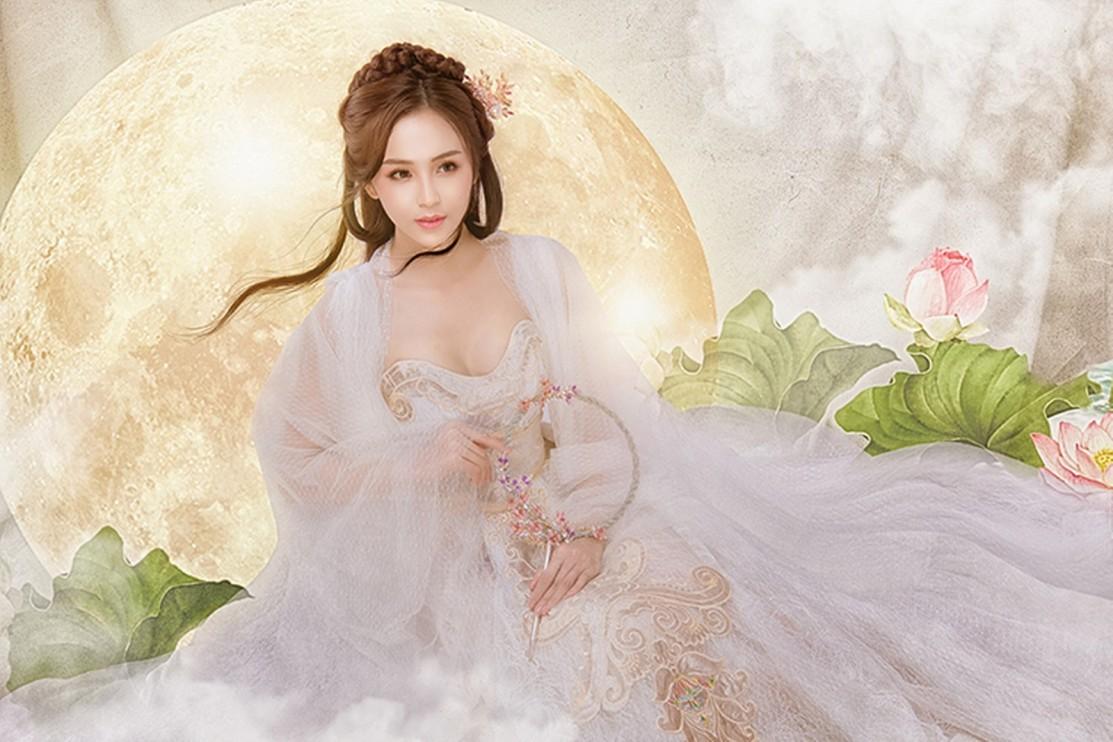 Với nét đẹp mong manh, nhẹ nhàng và trong veo, nhiếp ảnh gia Tuyết Nhung luôn muốn biến hóa Hoa Khôi Nam Bộ Hải Yến đẹp tựa Hằng Nga.