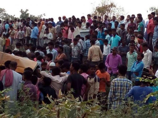Ấn Độ là quốc gia có nhiều tuyến đường nguy hiểm thường xảy ra những tai nạn thảm khốc. Hồi đầu tháng này, tại bang Himachal Pradesh, miền Bắc Ấn Độ, cũng đã xảy ra một vụ tai nạn xe buýt đặc biệt nghiêm trọng. Chiếc xe đã lao xuống vực sâu 60m khiến 27 học sinh cùng 2 giáo viên và tài xế thiệt mạng.