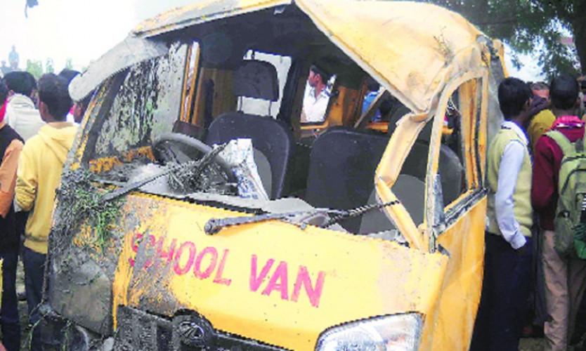 Tàu hỏa chạy với tốc độ cao đã lao vào chiếc xe buýt chở 25 học sinh. Hầu hết nạn nhân đều dưới 10 tuổi. Các trường hợp bị thương đã được đưa đi cấp cứu. Nhiều khả năng số người tử vong sẽ còn tăng lên.