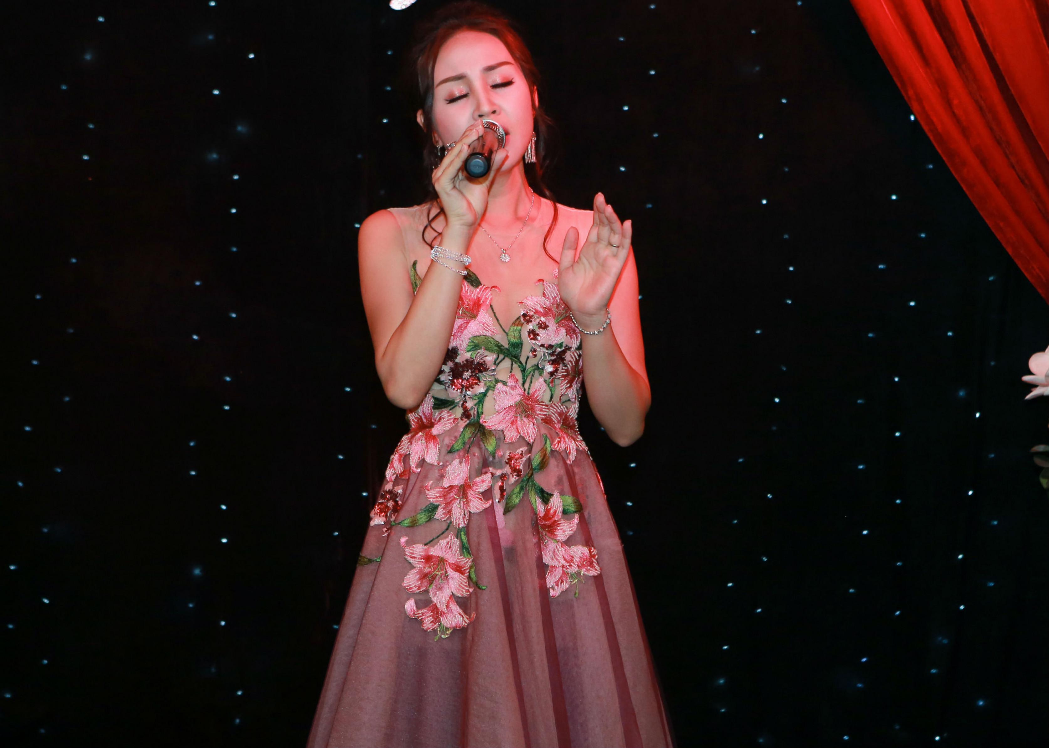 """Ở bản tình ca """"Như chưa bắt đầu"""" của nhạc sĩ Đức Trí, Khánh Ly đã hát nồng nàn, đầy cảm xúc. Cũng trong chương trình, cô còn cất lên một ca khúc nữa của nhạc sĩ Dương Trường Giang là """"Mùa lá đi qua"""". Đây là ca khúc chủ đề của album vol.2 mà nữ ca sĩ phát hành cách đây gần 3 năm và được công chúng cũng như giới chuyên môn đánh giá cao."""