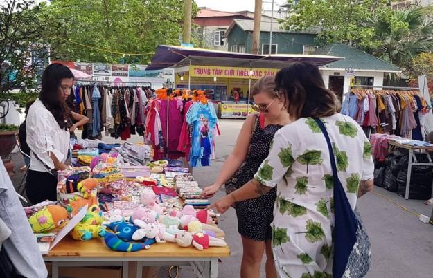 Những sản phẩm thủ công của VIệt Nam gây sự chú ý với các du khách nước ngoài tại hội chợ