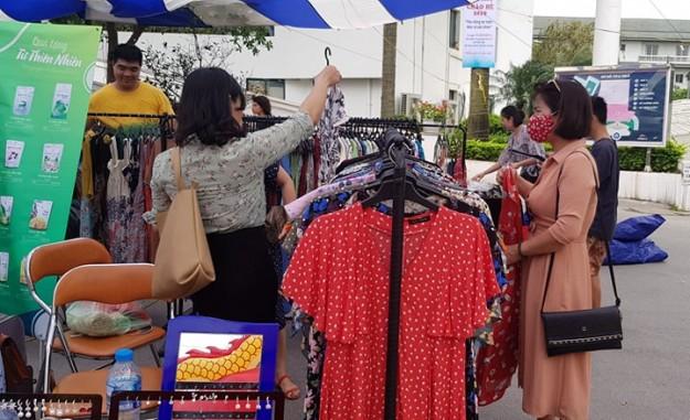 Ngoài đồ dùng, thực phẩm, hội chợ còn có nhiều gian hàng thời trang, với giá bán ưu đãi.