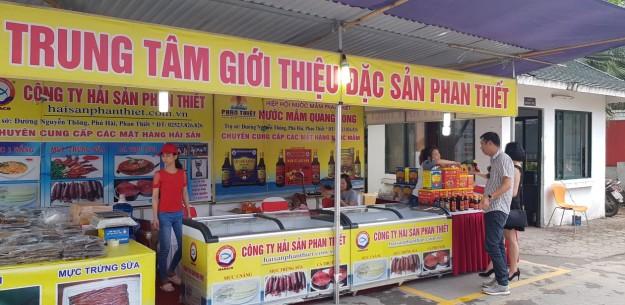 50 gian hàng trưng bày, giới thiệu đặc sản từ các vùng, miền trên cả nước như Phan Thiết, Lào Cai, Yên Bái, Thái Bình…