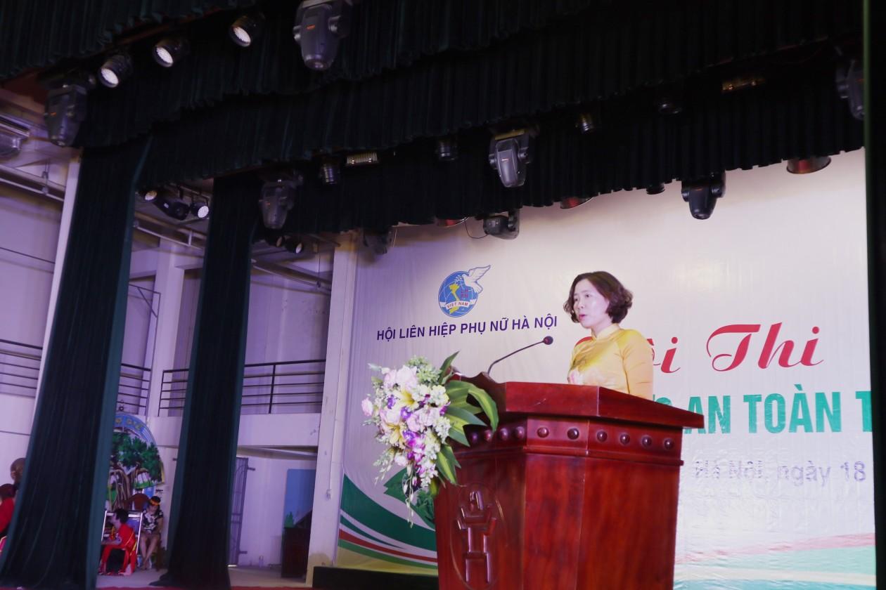 Chủ tịch Hội LHPN TP Hà Nội Lê Kim Anh cho biết, trong những năm gần đây, công tác vệ sinh an toàn thực phẩm ở nước ta đang đứng trước nhiều thách thức. Các vụ ngộ độc thực phẩm ảnh hưởng trực tiếp đến sức khỏe của mỗi người, sức khỏe cộng đồng và lâu dài ảnh hưởng đến giống nòi dân tộc, gây tổn thất lớn về kinh tế do phải khắc phục hậu quả và điều trị cho người bênh, gây ảnh hưởng không tốt đến uy tín hàng hóa, chất lượng thực phẩm của Việt Nam.