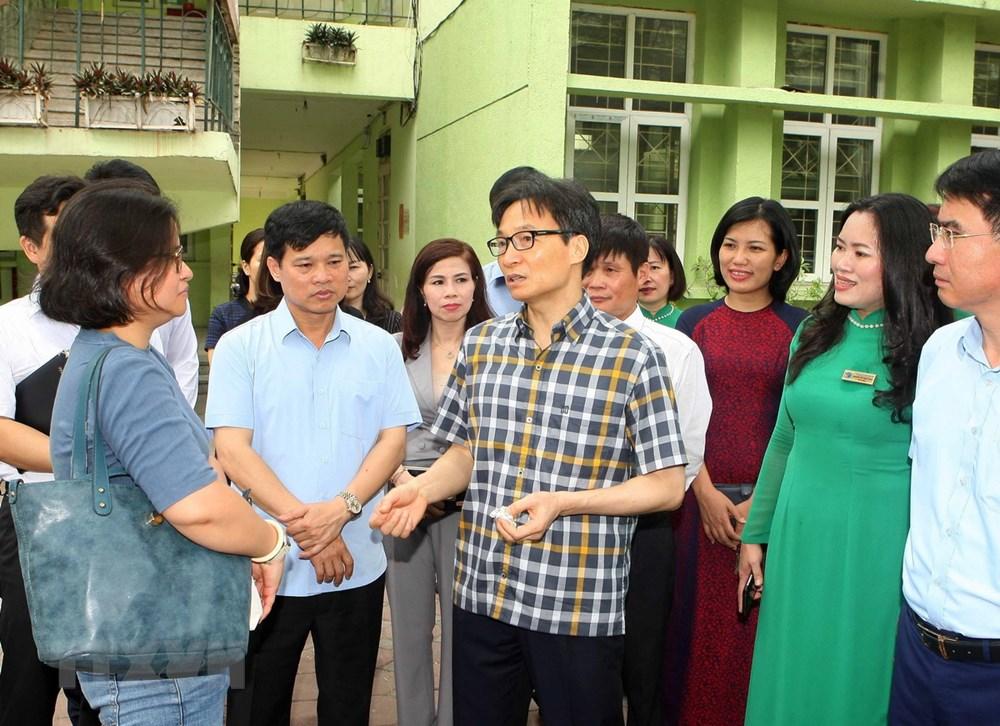 Phó Thủ tướng Vũ Đức Đam kiểm tra cơ sở vật chất, công tác đảm bảo vệ sinh tại trường tiểu học Đặng Trần Côn, quận Thanh Xuân (Hà Nội). (Ảnh: Thanh Tùng/TTXVN)