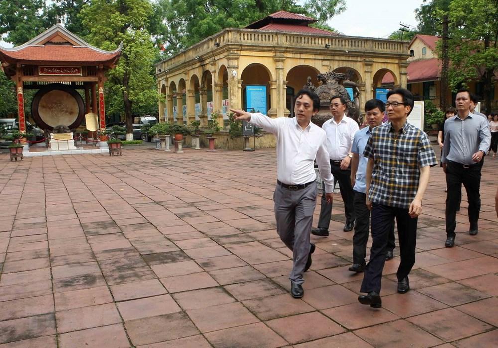 Phó Thủ tướng Vũ Đức Đam kiểm tra các hoạt động, cơ sở vật chất và công trình công cộng trong khu di tích Hoàng Thành Thăng Long. (Ảnh: Thanh Tùng/TTXVN)