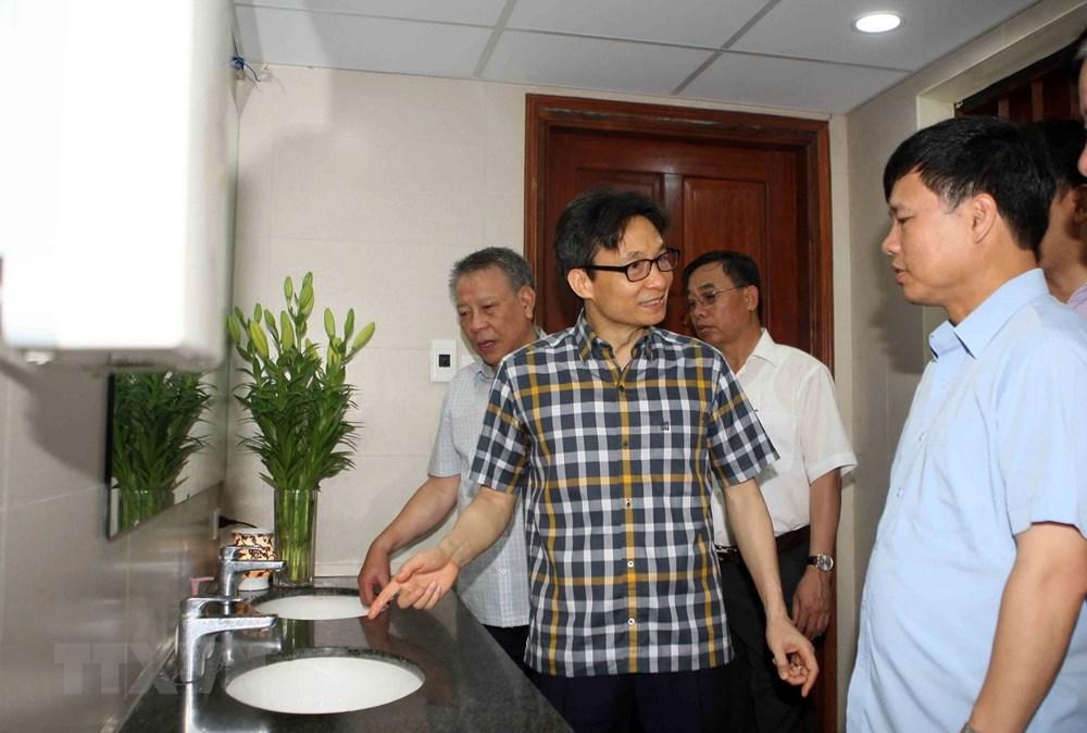 Phó Thủ tướng Vũ Đức Đam kiểm tra các hoạt động, cơ sở vật chất và công trình công cộng trong khu di tích Văn Miếu-Quốc Tử Giám. (Ảnh: Thanh Tùng/TTXVN)