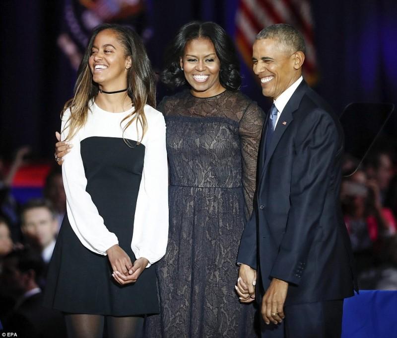 Tổng thống Barack Obama cùng phu nhân Michelle và con gái Melia cảm ơn các khán giả sau bài phát biểu chia tay tại McCormick Place ở Chicago, Illinois, Mỹ.