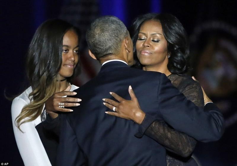 """Tổng thống Barack Obama từng 'bật mí: """"Thỉnh thoảng, khi chúng tôi đang nằm cạnh nhau, tôi ngắm nhìn cô ấy và cảm thấy trong người thật khác lạ. Tôi chợt nhìn thấy chính mình từ những kỷ niệm ùa về, những suy nghĩ, những cảm xúc mà thường ngày bị công việc vùi lấp đi. Chính những cảm xúc bất chợt đó khiến tôi nhận ra sự kết nối vững bền giữa cuộc sống trần trụi và những điều kỳ diệu trong chính gia đình của mình."""