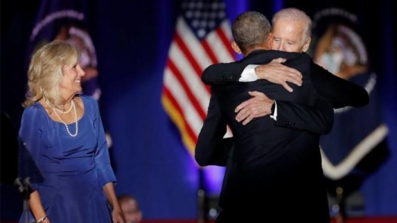 Ông Obama ôm chặt ông Biden như hai người anh em thân thiết. Ông cảm ơn Biden đã đồng hành bên cạnh ông suốt 8 năm qua.