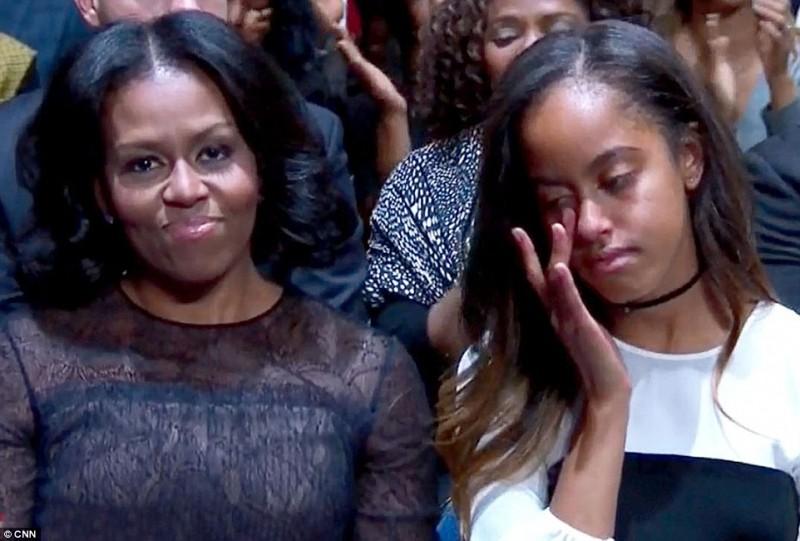 Con gái của họ không kiềm được cảm xúc, lén lau những giọt nước mắt trong suốt bài phát biểu của cha.