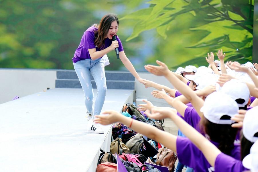 Xuất hiện  đơn giản, năng động trong màu áo đồng phục của chương trình, Văn Mai Hương đã khuấy động tạo nên không khí buổi sáng thật tươi vui và sôi nổi