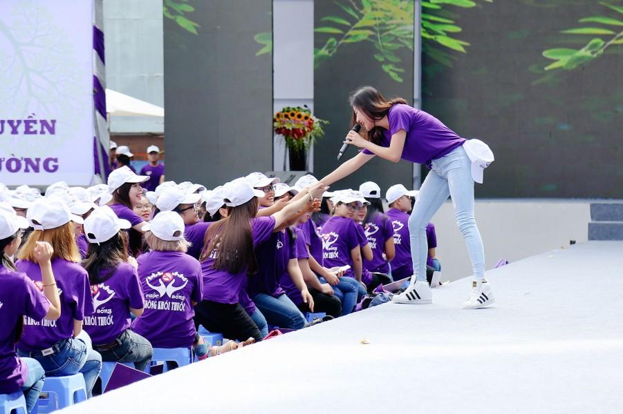 Là một nghệ sĩ có lịch làm việc khá dày đặc, song nhiều năm qua, Văn Mai Hương vẫn tích cực tham gia các hoạt động gắn liền với lợi ích cộng đồng