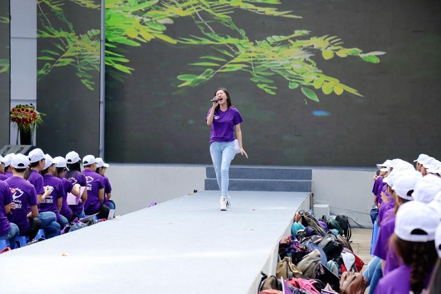 """Ngoài tham gia các hoạt động giao lưu bên lề, trong chương trình, Văn Mai Hương còn biểu diễn ca khúc """"Một ngày mới"""""""