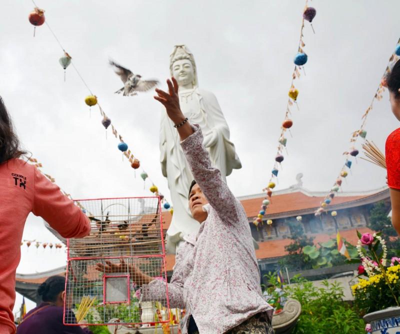 Nhang khói, hoa sen, chim phóng sinh… được coi là một nét đặc trưng của ngày lễ Vu Lan. Nhiều người mua chim rồi phóng sinh ngay tại chùa.
