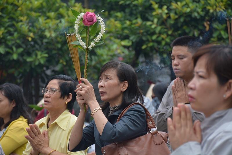Ngay từ sáng sớm, đã có rất đông người dân đến chùa Vĩnh Nghiêm (Q.3, TP.HCM) thắp nhang, khấn nguyện cầu mong bình an cho cha mẹ.