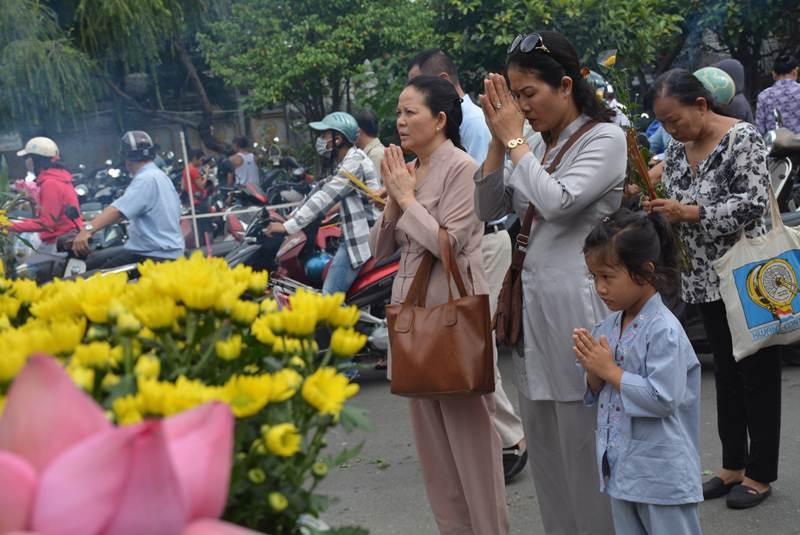 Nhiều em nhỏ được cha mẹ đưa đi lễ chùa để nhớ về cội nguồn.