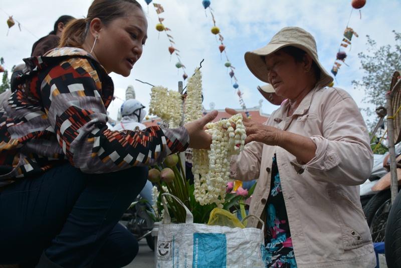 Hoa sen và những vòng hoa lài được nhiều người chọn mua. Một vòng hoa được bán với giá từ 5.000 - 10.000 đồng.