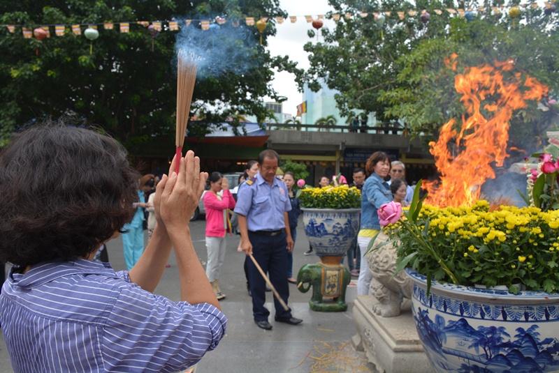 Càng về trưa thì lượng người tập trung về chùa Vĩnh Nghiêm càng đông.