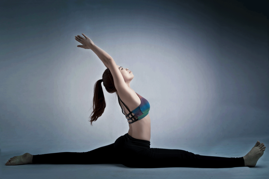 Thay vì lựa chọn các môn thể dục khác như chạy bộ, bơi lội, thể dục thẩm mỹ, aerobic…để cải thiện vòng eo, tiêu hao mỡ thừa, chị Loan đã chọn Yoga để luyện tập. Việc học Yoga cũng cần phải đúng cách, chú trọng những động tác tác động trực tiếp lên vùng bụng, vòng eo và tích cực tập luyện mỗi ngày. Đây là tư thế xoạc dọc ngả về sau.