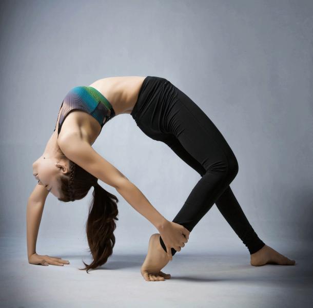 Thực hiện tư thế hình bánh xe đơn giản bằng việc uốn cong thân người, hai tay và hai chân đều chống trên bề mặt sàn, mũi bàn tay hướng về thân người như trên hình. Thở ra chầm chậm và nhẹ nhàng di chuyển hai tay của bạn về phía gót chân, cố gắng giữ chóp đầu của bạn gần với phần mông. Để thực hiện được tư thế này, hai tay và hai chân của bạn chắc chắn phải thực hiện căng giãn hết mức có thể. Đưa tay bạn nắm lấy cổ chân nếu bạn có thể. Duy trì tư thế này trong khoảng 8-10 giây với việc hít thở đều.