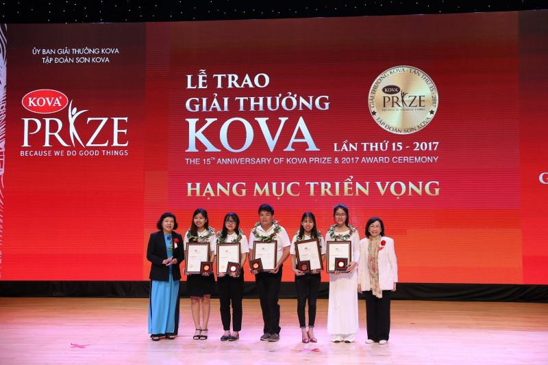 GS.TSKH Phạm Thị Trân Châu - Chủ tịch Hội Nữ trí thức Việt Nam (ngoài cùng, bên phải) trao giải thưởng KOVA hạng mục Triển vọng cho các sinh viên có học lực xuất sắc cùng những thành tích nổi trội trong nghiên cứu khoa học.