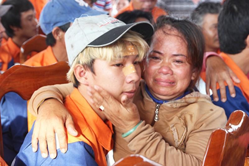 Bà Bùi Thị Luận ôm con trai Phạm Phú Nhân khóc nức nở. Bà Luận tưởng như đã mất đi người con trai của mình vĩnh viễn. Giây phút đoàn viên này khiến bà rơi lệ.