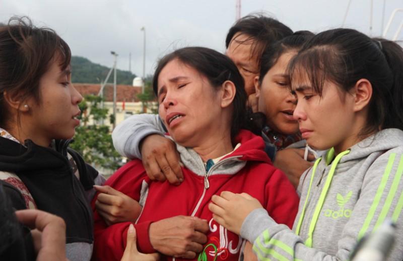 Sau khi nhận được thông tin tàu ông Phạm Phú Thành bị tàu nước ngoài đâm chìm, tàu cứu nạn SAR 412 được lệnh ứng cứu. Đến 1 giờ ngày 5/5, tàu Sar 412 tiếp cận được tàu QNa 94998TS của ông Phạm Phú Trung tại vị trí cách đảo Phú Lâm (Hoàng Sa) khoảng 80 hải lý về hướng đông Đông Bắc. Lực lượng tìm kiếm tại hiện trường đã lần lượt tìm được 34 thuyền viên bị nạn và nhanh chóng chuyển sang tàu cứu nạn và trợ giúp y tế, chăm sóc sức khoẻ, động viên tinh thần. Đến 16h30 ngày 5/5, các ngư dân đã được đưa về đất liền. Trong ảnh: Một người vợ của thuyền viên ngất lịm khi nhìn thấy chồng mình trên đường vào bờ.