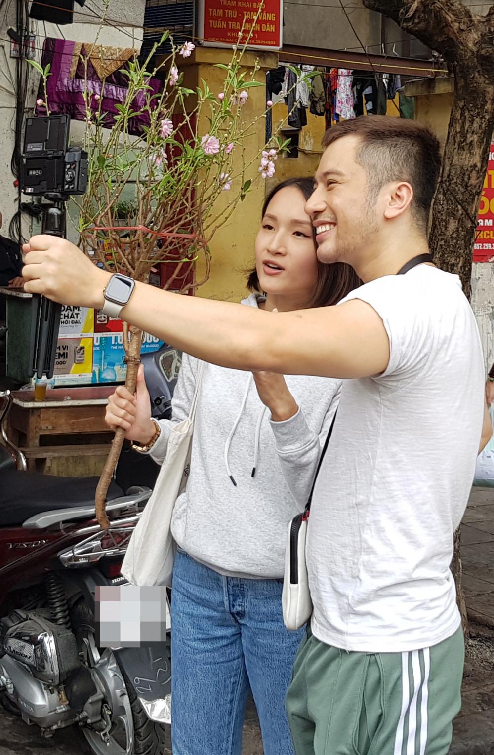 Đôi bạn trẻ cũng tranh thủ selfie với hoa đào
