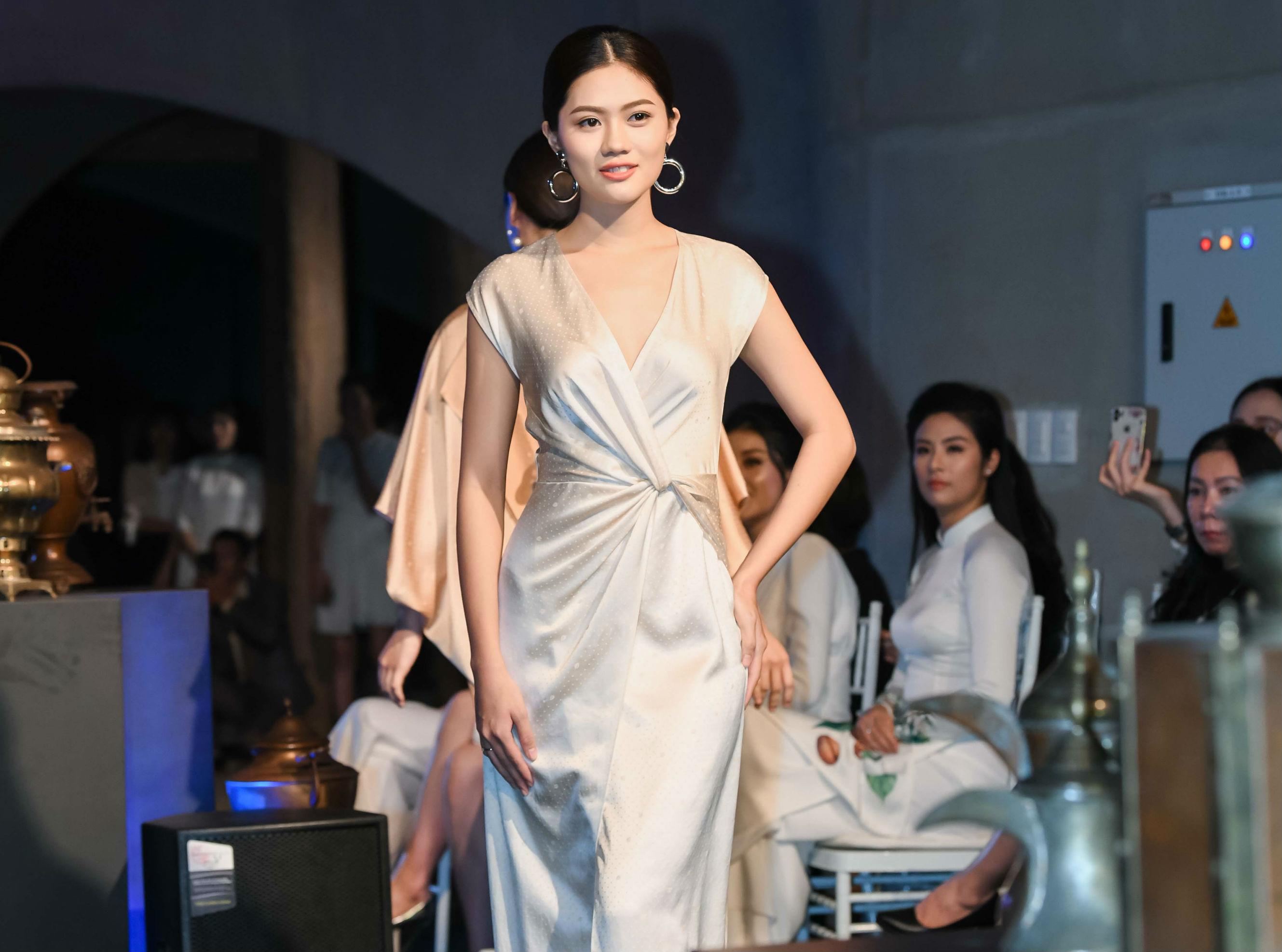 Tròn 1 năm sau khi đăng quang Hoa khôi trong cuộc thi Miss Photo 2017 do Báo PNVN tổ chức, Vũ Hương Giang trưởng thành hơn. Cô đã tốt nghiệp đại học và có nhiều lời mời tham gia trình diễn thời trang.