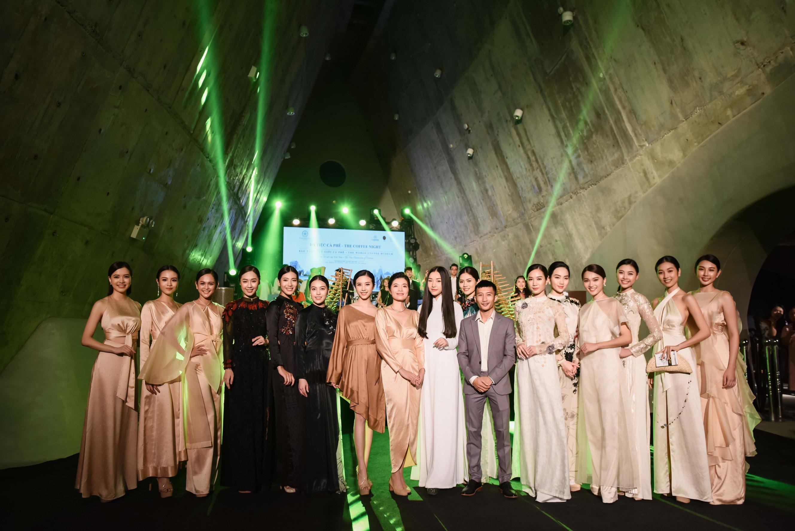 Khách mời đã được thưởng thức màn trình diễn nghệ thuật với sự kết hợp giữa âm nhạc đương đại, đặc biệt và độc đáo, cùng với những bộ sưu tập thời trang áo dài và lụa Việt Nam mang đậm dấu ấn nghệ thuật.