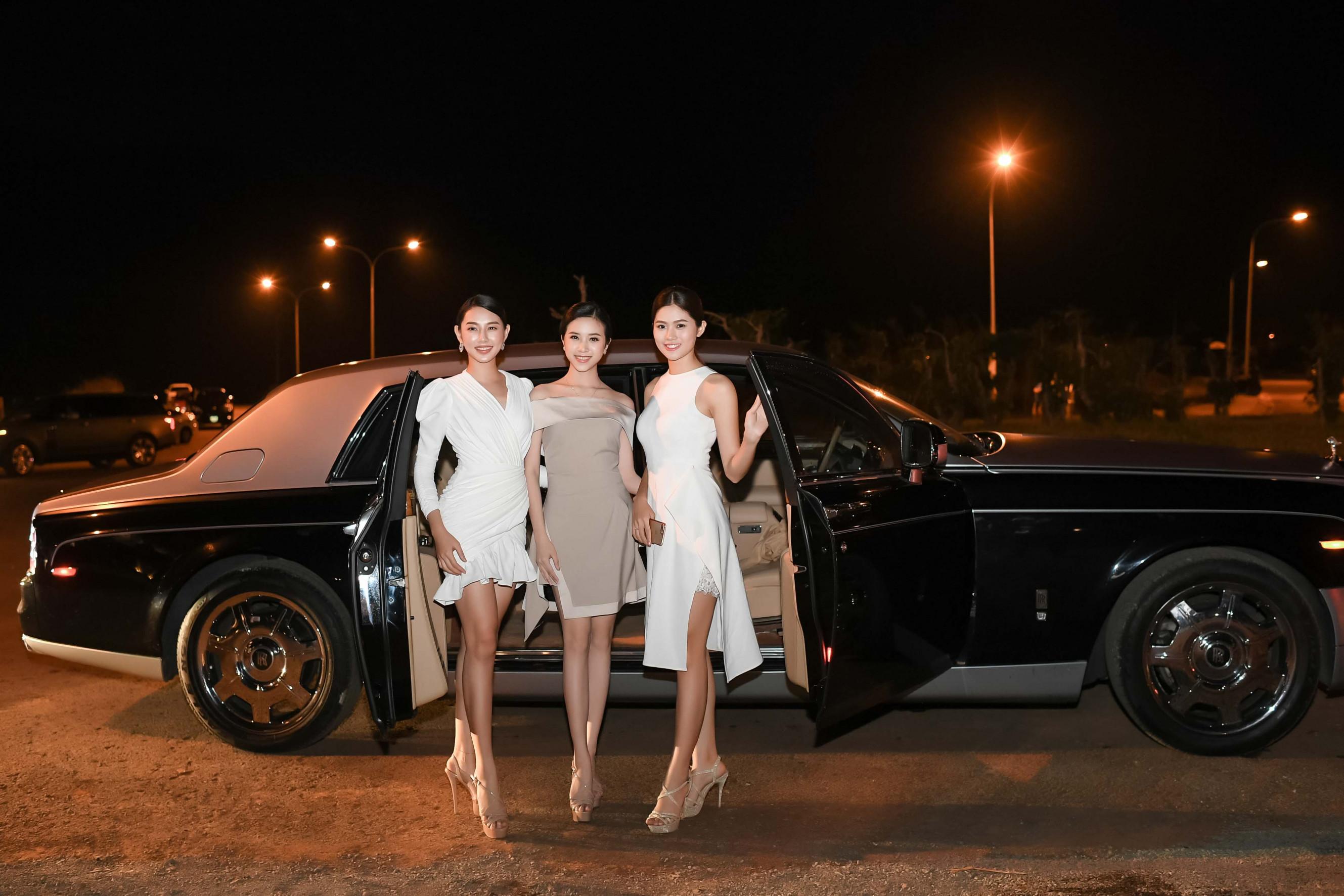 Miss Photo 2017 Vũ Hương Giang (bìa phải) rạng rõ xuất hiện tại chương trình