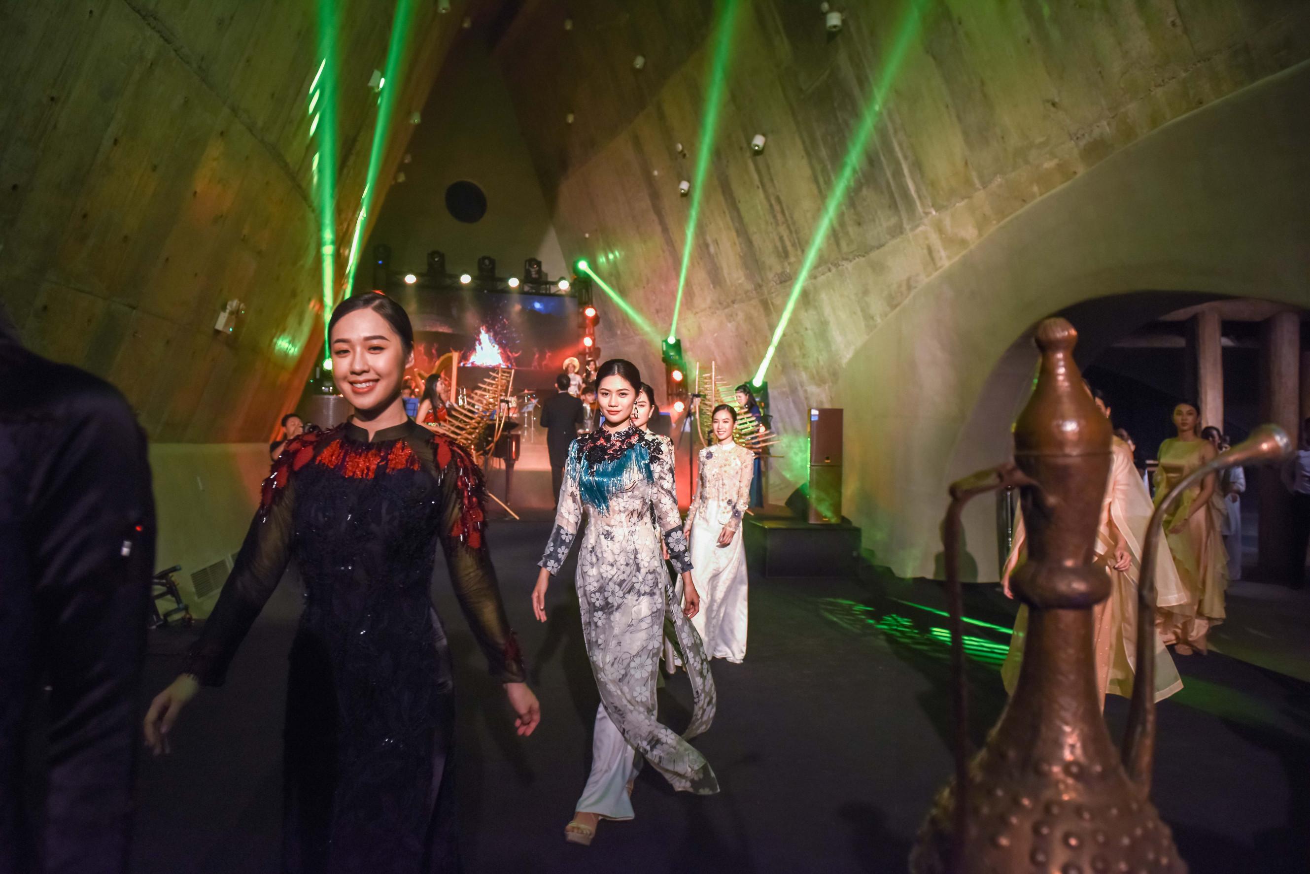 Tại sự kiện, Miss Photo 2017 Vũ Hương Giang cùng dàn người đẹp còn tham gia với vai trò trình diễn những bộ sưu tập thời trang lần đầu được ra mắt công chúng.