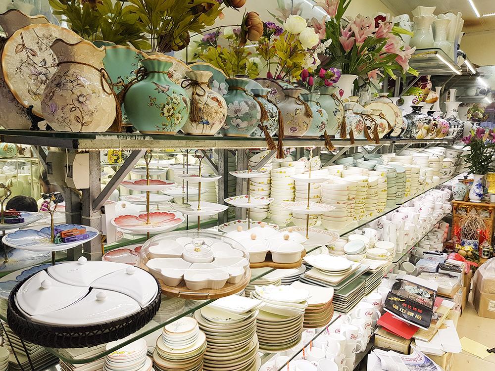 Sản phẩm được ưa chuộng trong những ngày cận Tết là hộp đựng bánh mứt chia ngăn bằng chất liệu gốm sứ, đặt trên khay gỗ, có giá 300.000 đồng - 350.000 đồng/bộ