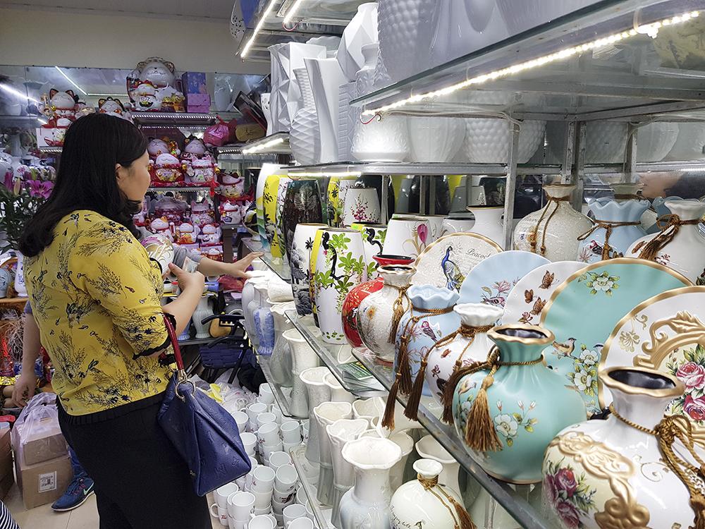 Để chào đón năm mới 2019, nhiều món đồ gốm sứ có hình thức, mẫu mã bắt mắt được bày bán như bình cắm hoa, khay đựng bánh mứt các loại....