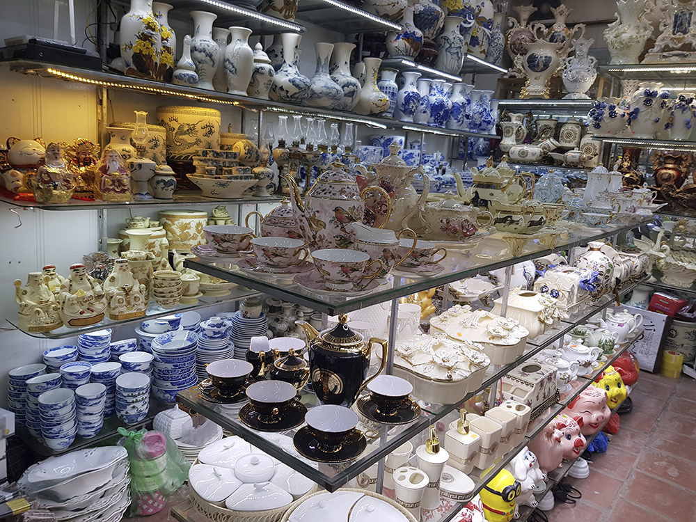 Các sản phẩm này có hình thức, mẫu mã đa dạng, giá cả hợp lý như: bộ bát (6 chiếc) có giá từ 40.000 đến 120.000 đồng; bộ tách trà bằng gốm sứ có giá từ 100.000 đến 300.000 đồng; bộ tách trà cao cấp có giá từ 500.000 đồng...