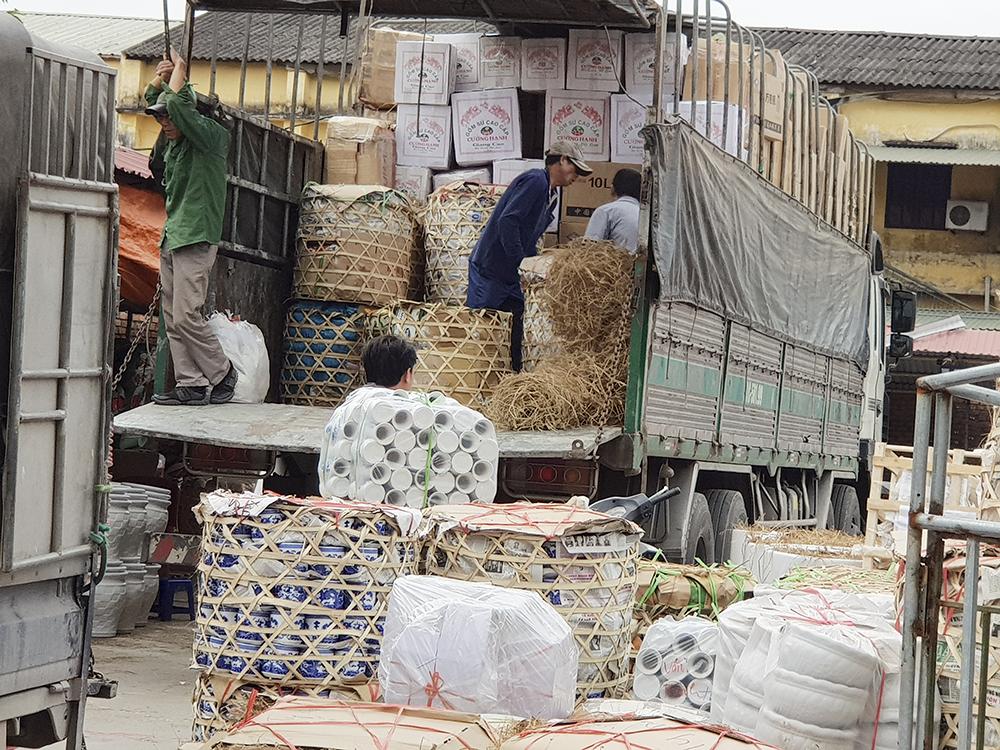 Đồ gốm sứ được chất kín các xe tải để chở sang các địa phương khác