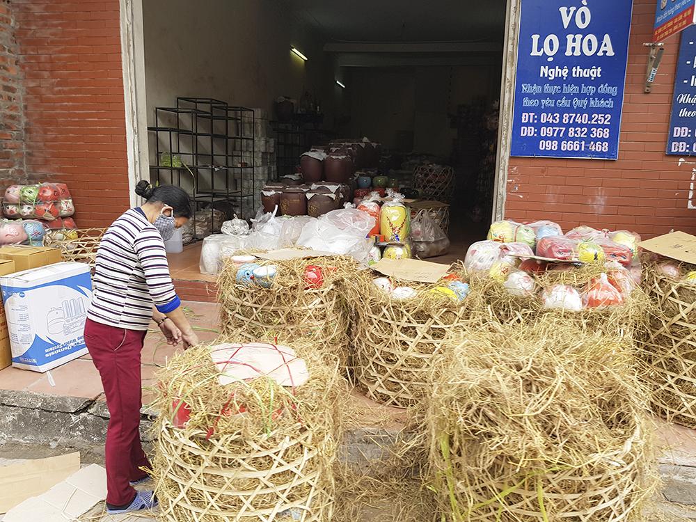 Theo chia sẻ của chị Minh Trang, chủ một tiệm gốm sứ tại Bát Tràng, dịp này, người dân làng gốm Bát Tràng bận rộn nhất trong năm, với những chuyến hàng phục vụ người tiêu dùng đến các cơ sở sản xuất trong làng mua sắm và chở đi các tỉnh