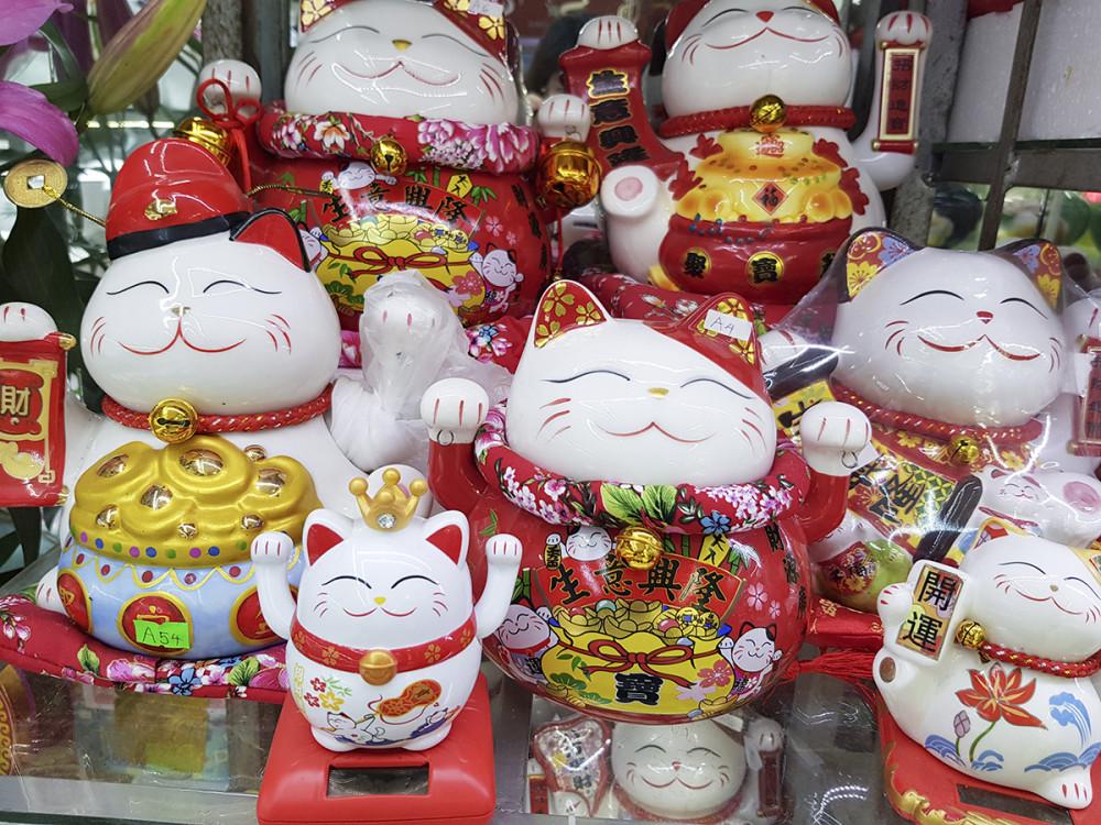 Mèo thần tài cũng là món đồ được bày bán nhiều trong dịp cận Tết