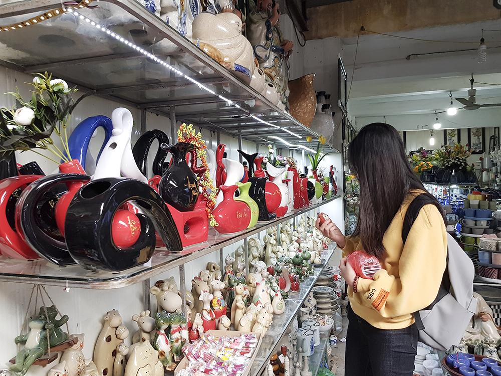 Với những bạn trẻ, đây là dịp để họ chọn mua những món đồ trang sức bằng gốm sứ như 12 con giáp, vòng đeo tay, chuông gió... với giá từ 5.000 đến 50.000 đồng